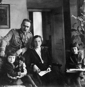 Józef Piłsudski z żoną Aleksandrą i córkami