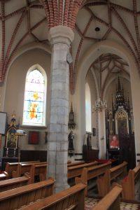 Wnętrze nawy głównej kościoła w Gosławicach. Widok na południowy aneks boczny / Fot. Maja Sypniewska