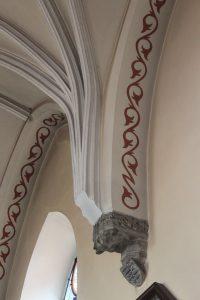 Spływ żeber w prezbiterium oraz kamienna konsola i tarcza herbowa / Fot. Maja Sypniewska