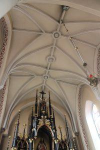 Wnętrze prezbiterium kościoła w Gosławicach. Widok od strony nawy głównej / Fot. Maja Sypniewska