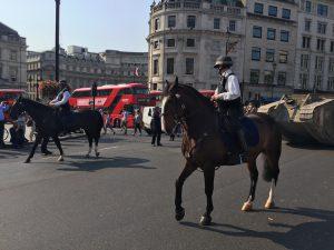Czołg na ulicach Londynu w asyście konnej policji / fot. Wojtek Duch