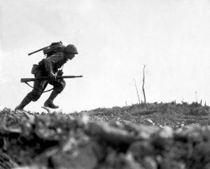 Szeregowiec Paul E. Ison z 1. Dywizji Marines biegnie przez Dolinę Śmierci na Okinawie, 10 maja 1945 r.