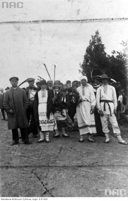 Grupa kobiet i mężczyzn w strojach regionalnych