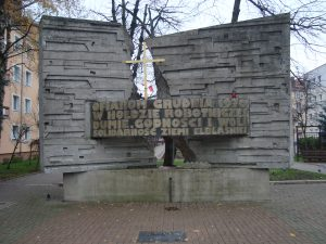 Pomnik Ofiar Grudnia 1970 w Elblągu na pl. Solidarności / źródło: pl.wikipedia.org, licencja: CC BY-SA 3.0
