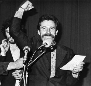 Lech Wałęsa w czasie strajku w sierpniu 1980 w Stoczni Gdańskiej / źródło: pl.wikipedia.org, licencja: CC BY-SA 3.0 pl